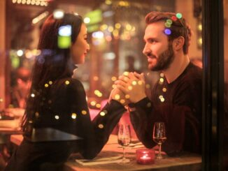 A couple dating on a restaurant.